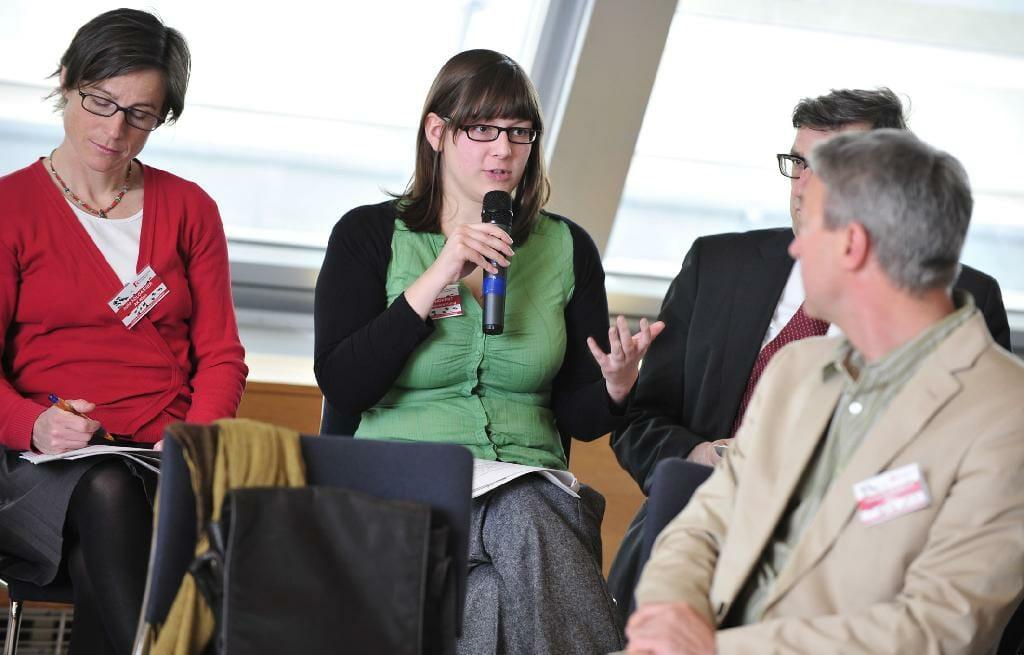 Teilnehmende des fünften Plenums-Workshops diskutieren. /©HBS