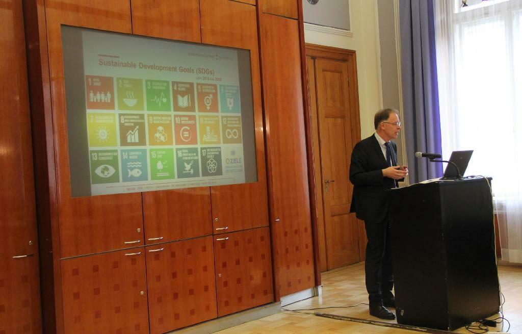 Norbert Feldhofer vom Bundeskanzleramt präsentiert die Nachhaltigen Entwicklungsziele der Agenda 2030.