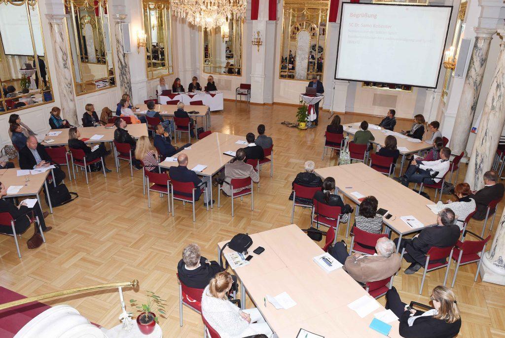 Samo Kobenter vom Bundesministerium für Landesverteidigung und Sport begrüßt die Teilnehmerinnen und Teilnehmer des 16. Plenums. /©HBS