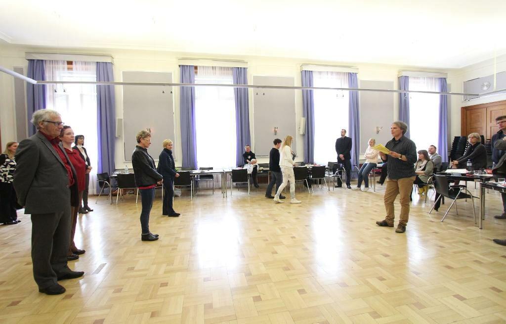 Martin Schenk von der Armutskonferenz leitet beim 17. Plenum ein Rollenspiel zu gesundheitlicher Chancengerechtigkeit an. Die Teilnehmenden positionieren sich ihrer Rolle entsprechend im Raum.