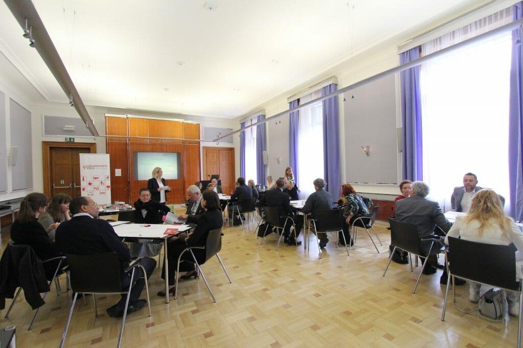 Die Teilnehmerinnen und Teilnehmer des 17. Plenums diskutieren in Kleingruppen.