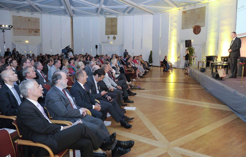 Alois Stöger spricht als Bundesminister für Gesundheit bei der Bundesgesundheitskonferenz am 20.5.2011 vor einem großen Publikum. /©HBS