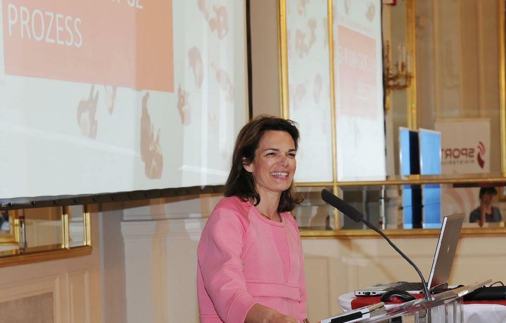 Pamela Rendi-Wagner, Sektionsleiterin im Bundesministerium für Gesundheit und Frauen, präsentiert eine Rückschau über bisherige Entwicklungen in Zusammenhang mit den Gesundheitszielen. /©HBS