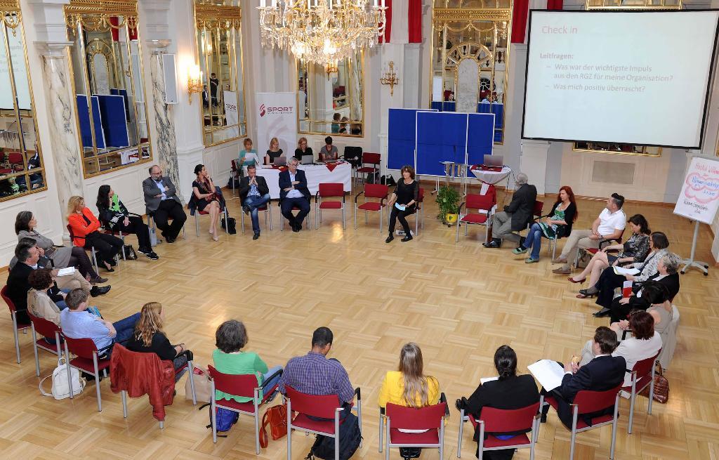 Die Teilnehmenden des 13. Plenums sitzen im Kreis beisammen und reflektieren gemeinsam über den bisherigen Prozess der Gesundheitsziele. /©HBS
