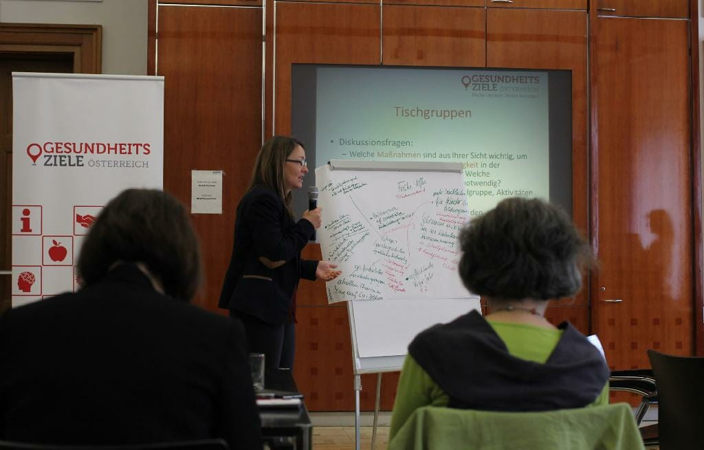Gertrudis Spitzbart vom Bundesministerium für Bildung präsentiert Ergebnisse der Kleingruppendiskussion.