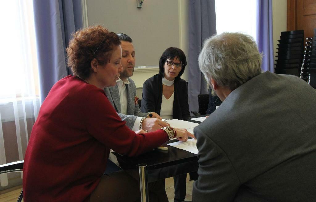 Mehrere Plenumsmitglieder diskutieren in der Kleingruppe.