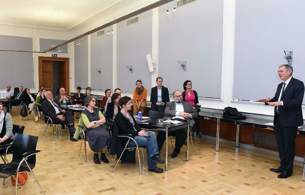 Alois Stöger, Bundesminister für Arbeit, Soziales und Konsumentenschutz spricht zu den Mitgliedern des Plenums. /©HBS