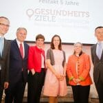 Die DiskutantInnen des Panels (der Vorstandsvorsitzende im Hauptverband der österreichischen Sozialversicherungsträger Alexander Biach, Bundesminister Alois Stöger – BMASK, Bundesministerin Pamela Rendi-Wagner – BMGF, Bundesministerin Sophie Karmasin – BMFJ und Claudia Stein, Direktorin der Division of Information, Evidence, Research & Innovation des WHO-Regionalbüros für Europa) gemeinsam mit Keynote Speaker Nick Fahy (University of Oxford). / © Alexandra Thompson Photography