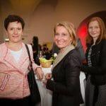 Sozialer Austausch beim anschließenden Empfang. Elisabeth Gneisz, die Leiterin der Abteilung für Öffentlichkeitsarbeit im BMGF, mit Eva Mandl und Martina Wieser-Walz von der PR-Agentur Himmelhoch.