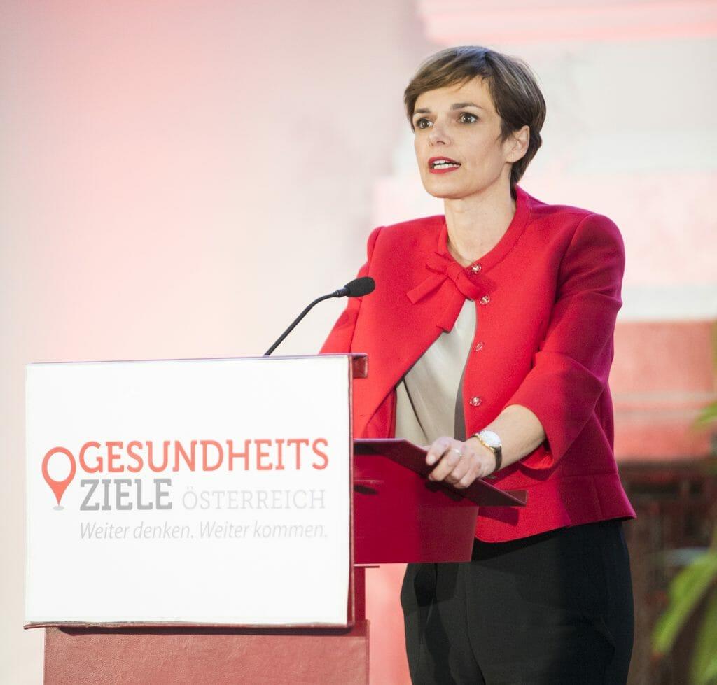 Gesundheits- und Frauenministerin Pamela Rendi-Wagner hält die Begrüßungsansprache. / © BKA – Christoph Dunker