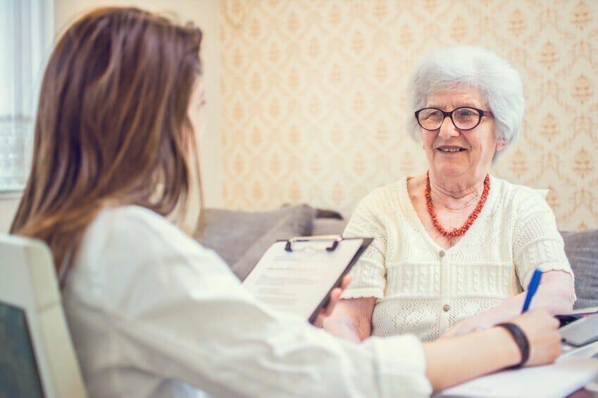 Eine Ärztin und eine Patientin führen im Zuge der Behandlung ein Gespräch.