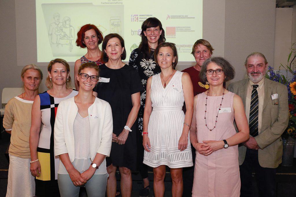 Regina Zsivkovits (Frühe Hilfen Wien), Petra Leitner-Braun (NÖGUS), Anna Schachner (im Vordergrund, queraum), Sabine Haas (im Hintergrund, NZFH.at/GÖG), Magdalena Arrouas (BMGF), Nina Hesse (queraum), Martina Staffe-Hanacek (BMFJ), Peter Stoppacher (IFA), Anna Riebenbauer (BMASK), Erich Schmatzberger (HVB)