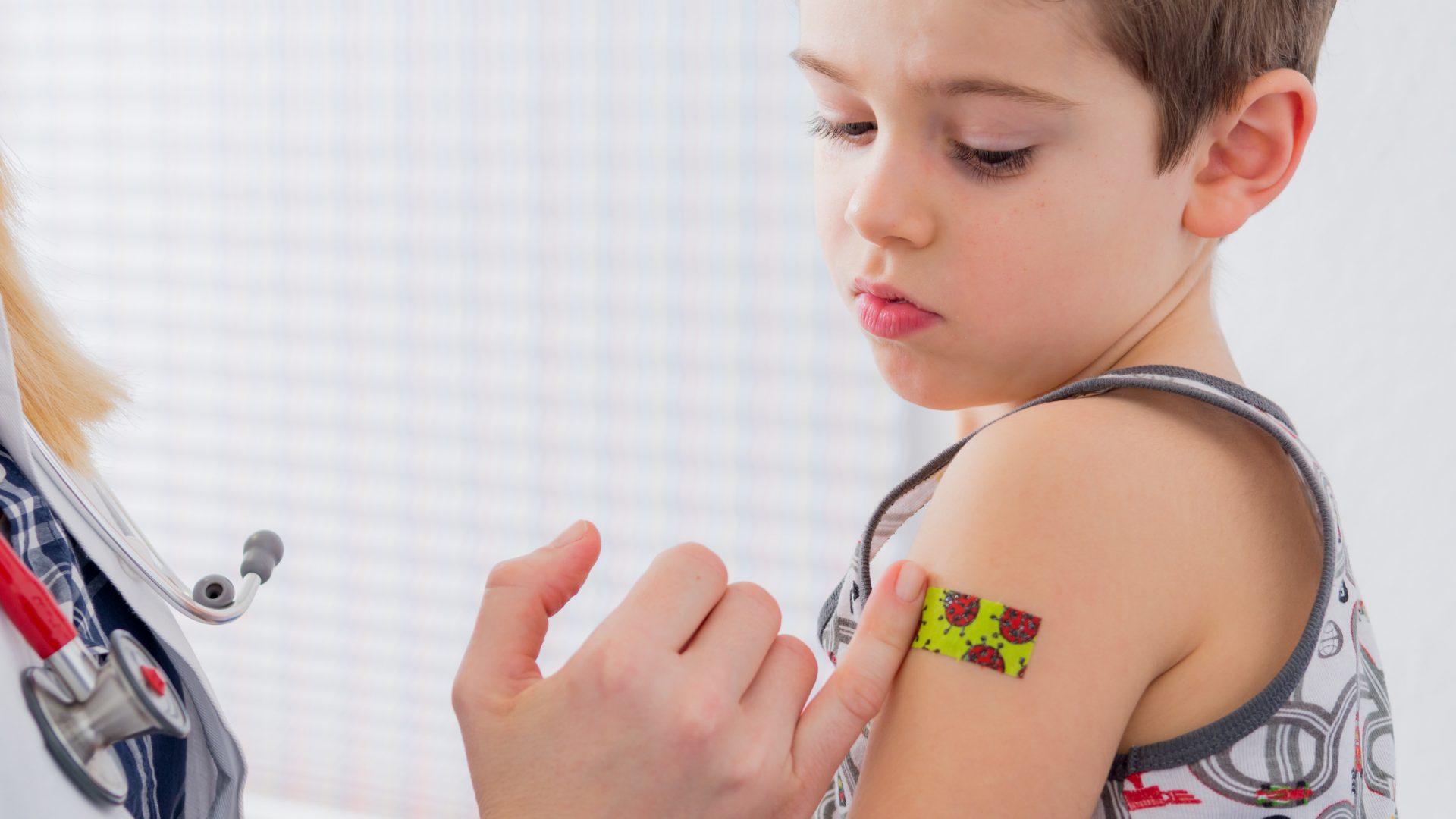 Kind mit Pflaster auf den Arm nach einer Impfung / © picture factory