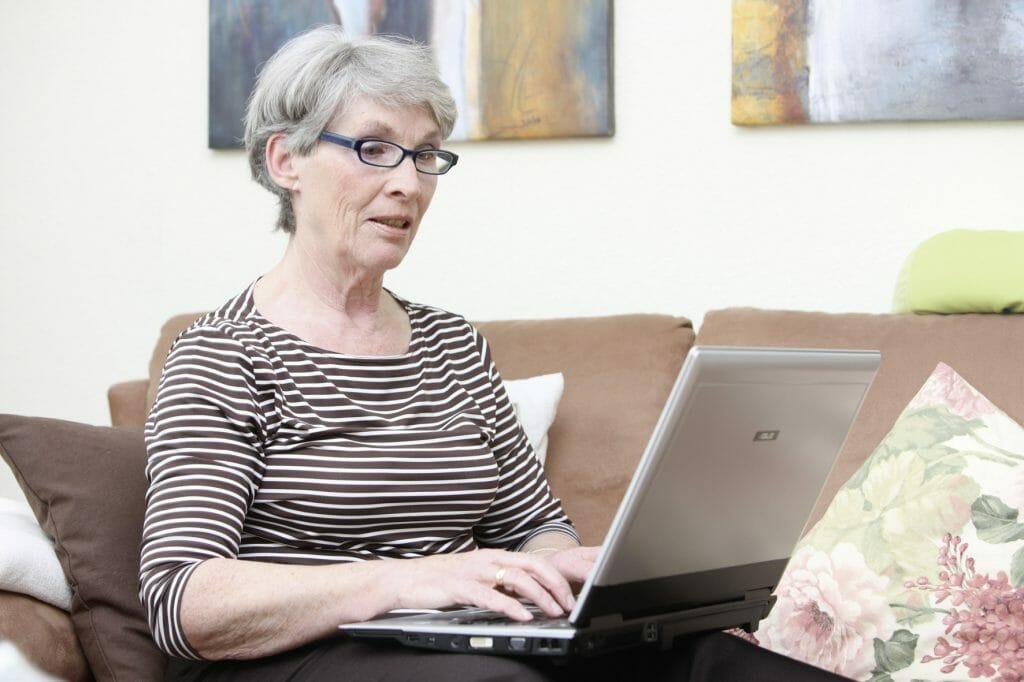 Frau sucht im Internet nach Gesundheitsinformationen / © AOK Mediendienst