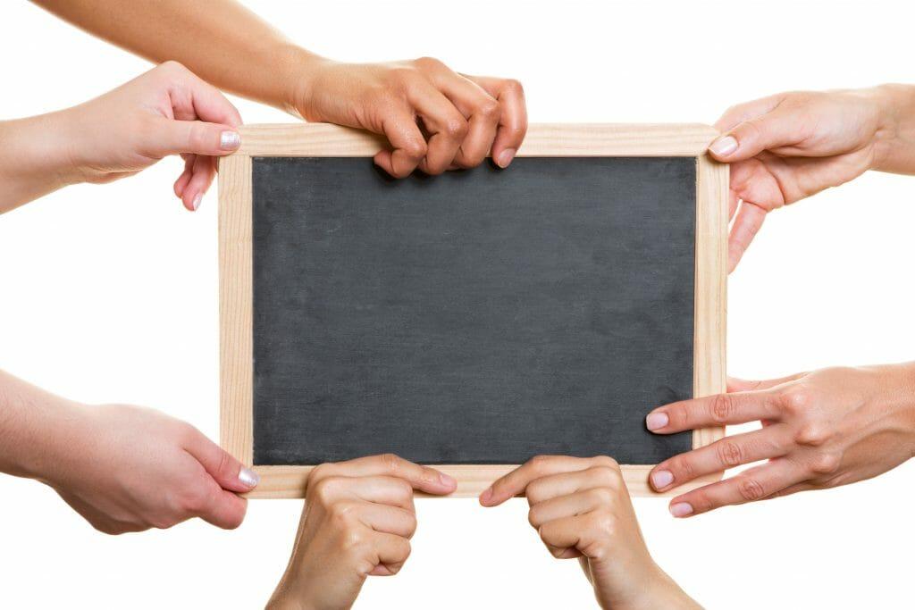 """Schultafel mit Händen """"Meine Klasse und ich"""" / © fotolia"""
