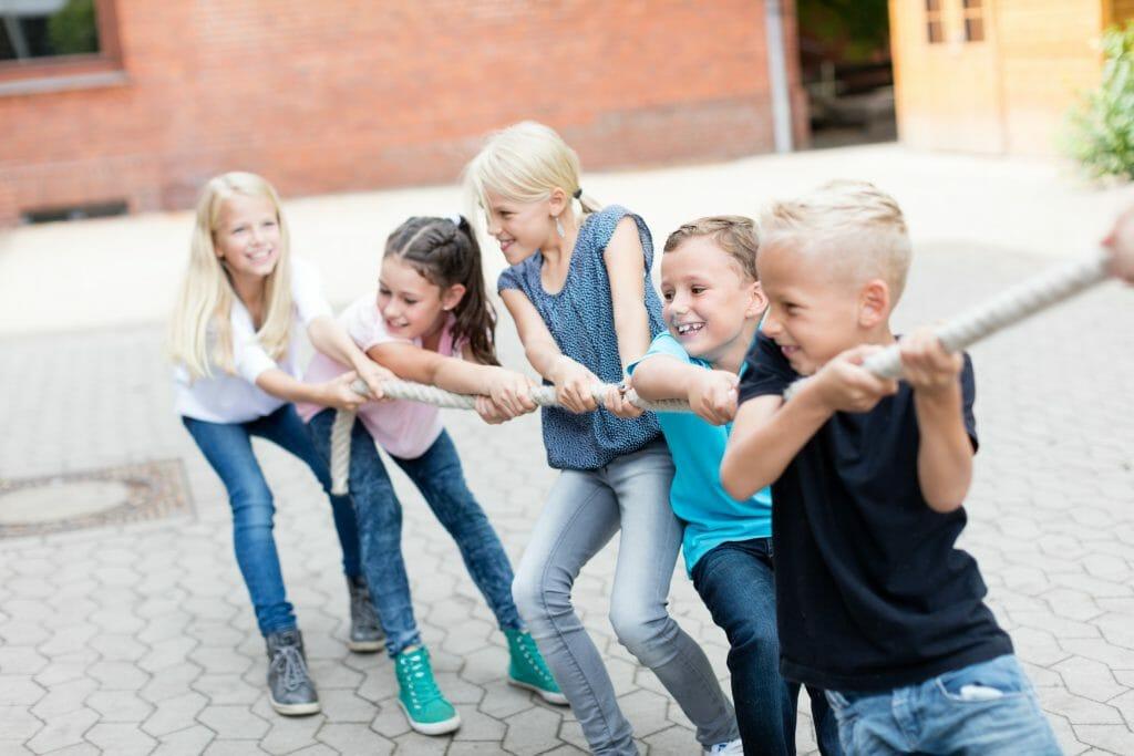 Kinder ziehen an einem Strang / © fotolia