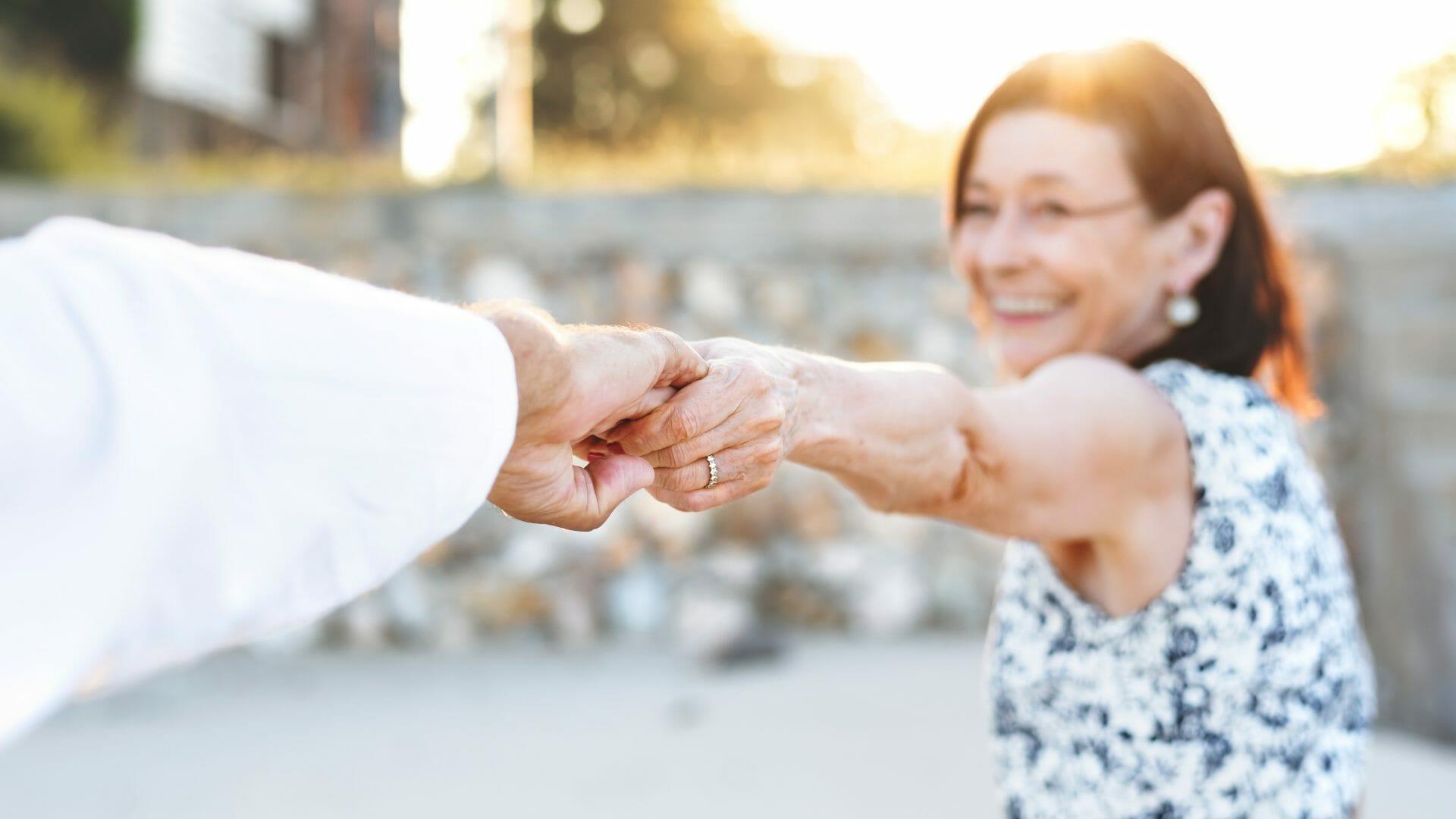 Alterndes Paar hält sich an den Händen / copyright: rawpixel