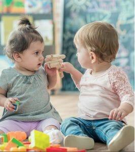 Zwei Kleinkinder kommunizieren