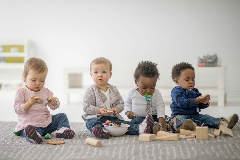 Kleinkinder die spielen. / copyright: istock.com/FatCamera